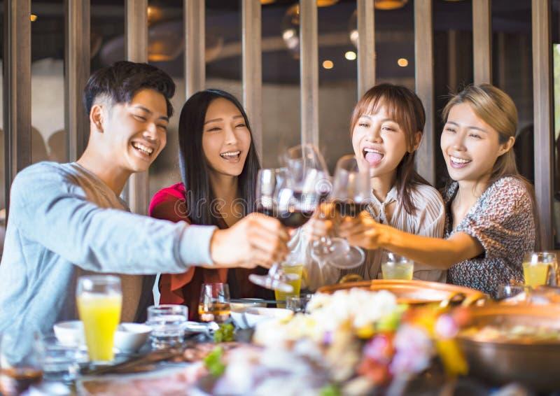 Freunde, die sich im Hot Pot Restaurant amüsieren lizenzfreies stockfoto