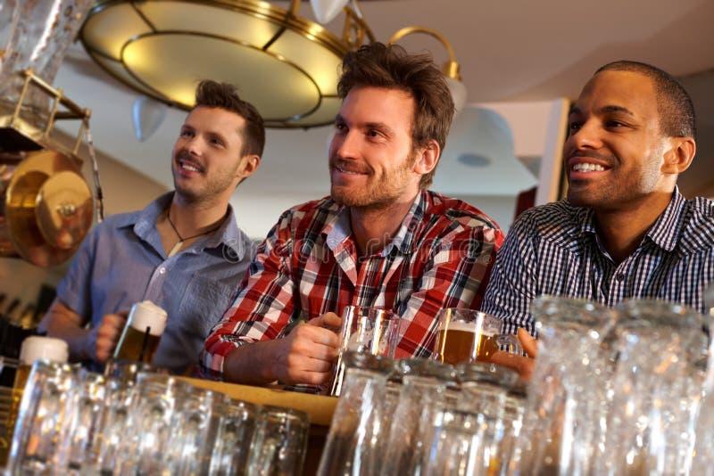Freunde, die am Stabzählwerk etwas trinken stockbild