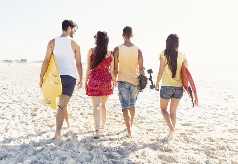 Freunde, die am Strand gehen stockfotos