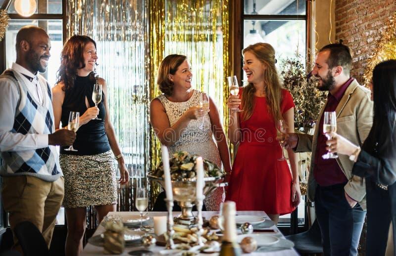 Freunde, die Sylvesterabend feiern stockfoto