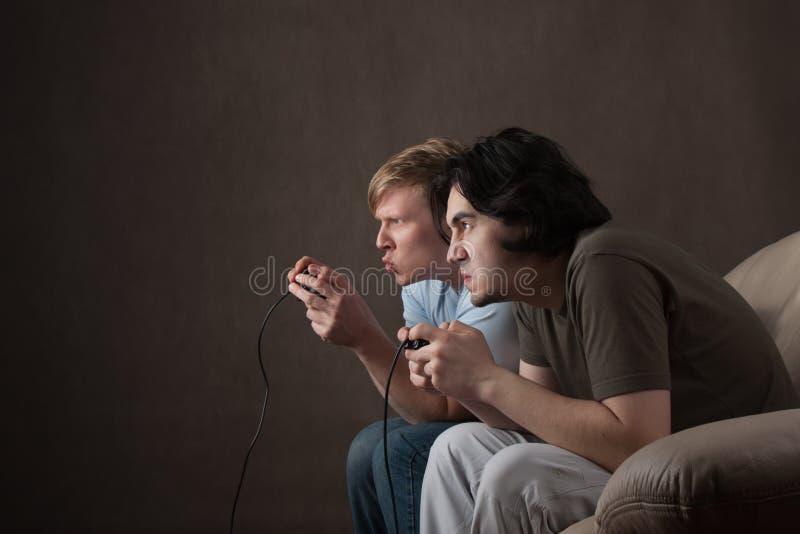 Freunde, die Videospiele spielen lizenzfreies stockfoto