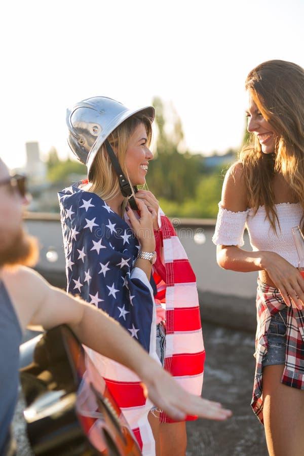 Freunde, die 4. von Juli-Feiertag feiern stockfotos