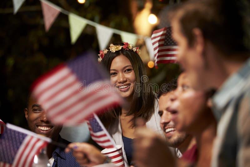 Freunde, die 4. von Juli-Feiertag mit Hinterhof-Partei feiern stockfotos