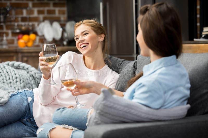 Freunde, die Weißwein trinken lizenzfreies stockfoto