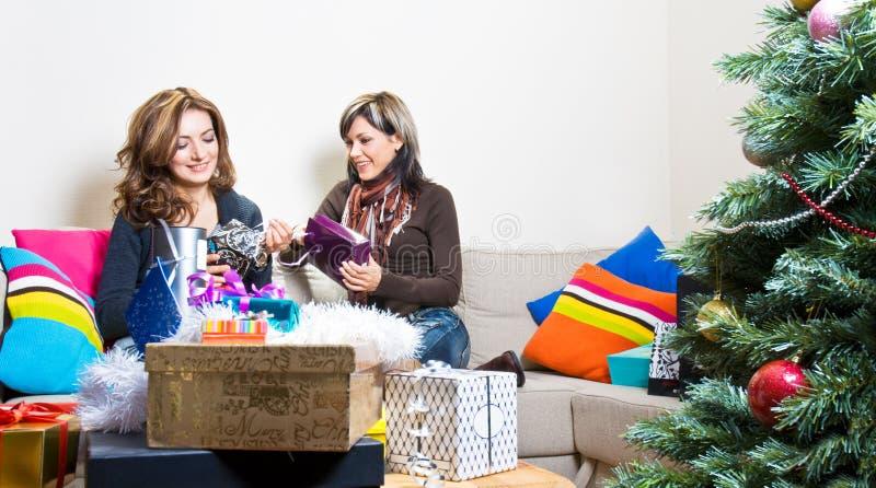 Freunde, die Weihnachtsgeschenke vorbereiten lizenzfreie stockfotografie