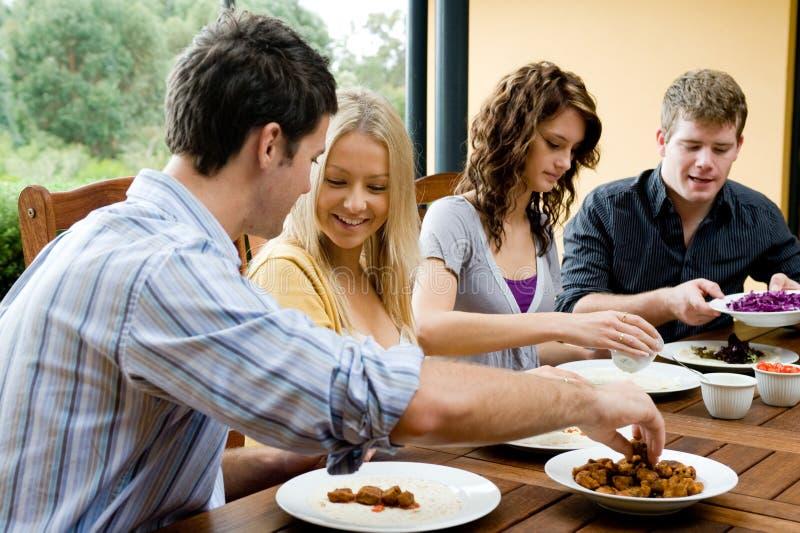 Freunde, die zu Abend essen lizenzfreie stockbilder