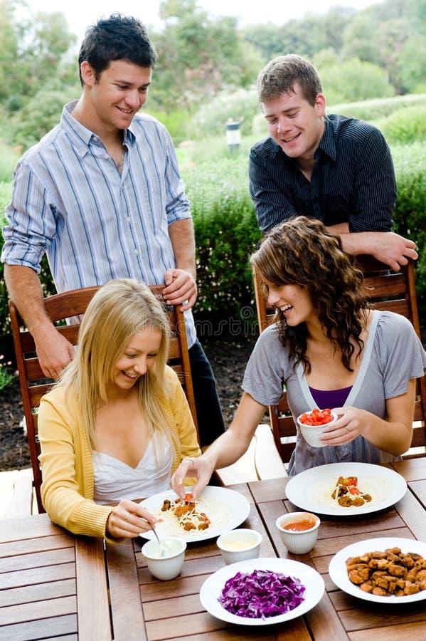 Freunde, die zu Abend essen lizenzfreie stockfotografie