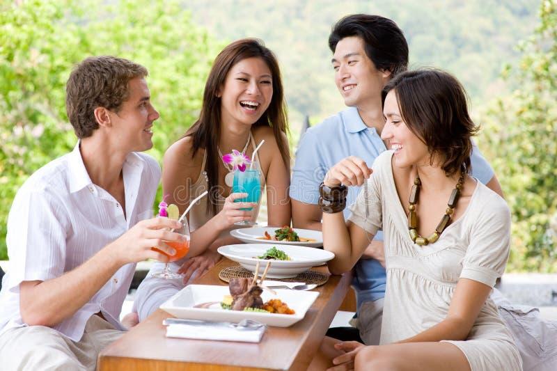 Freunde, die zu Mittag essen