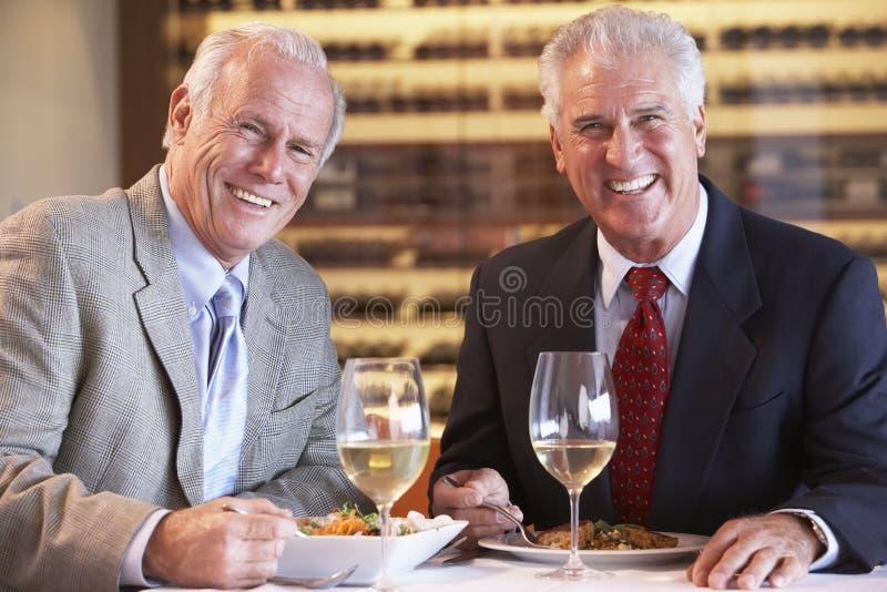 Freunde, die zusammen an einer Gaststätte zu Abend essen stockfotografie