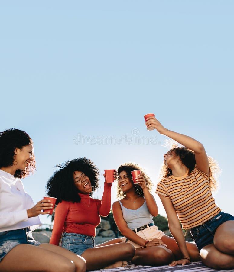 Freunde, die zusammen Wochenende genießen lizenzfreies stockbild