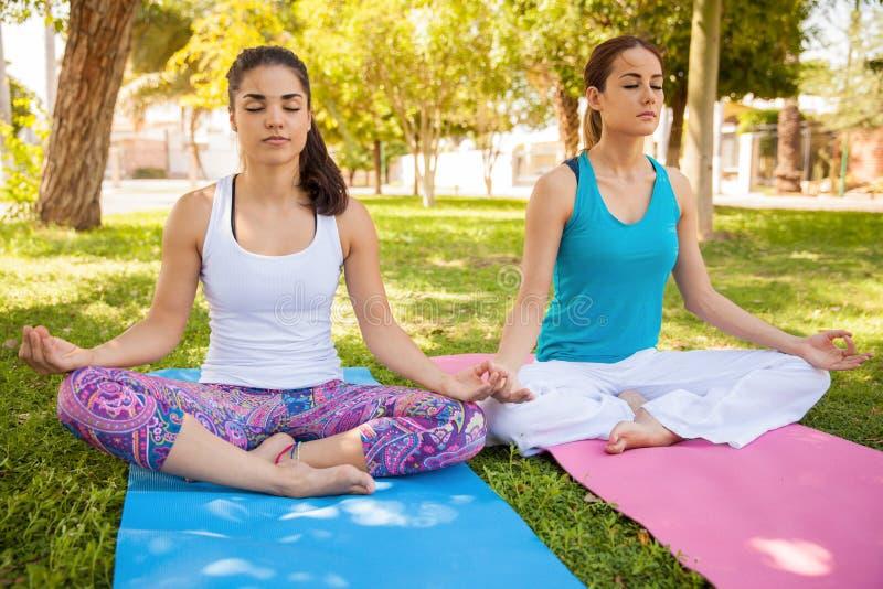 Freunde, die zusammen Yoga tun lizenzfreie stockfotos