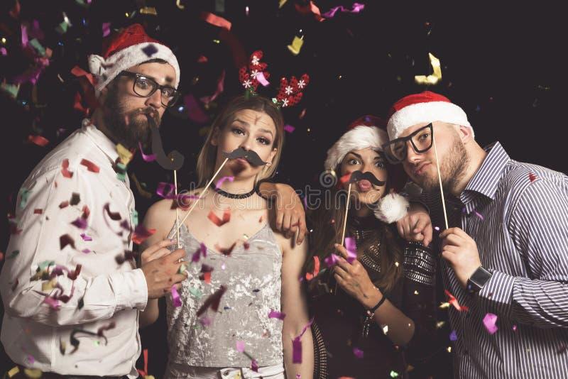 Freunde an einem Kostümball des neuen Jahres stockfotos