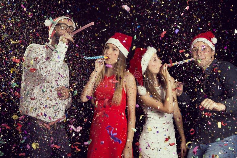 Freunde an einem Weihnachtsfest stockfoto