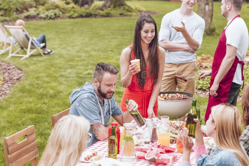 Freunde an einer Garten BBQ-Partei während der Sommerakademie bremsen stockfotos