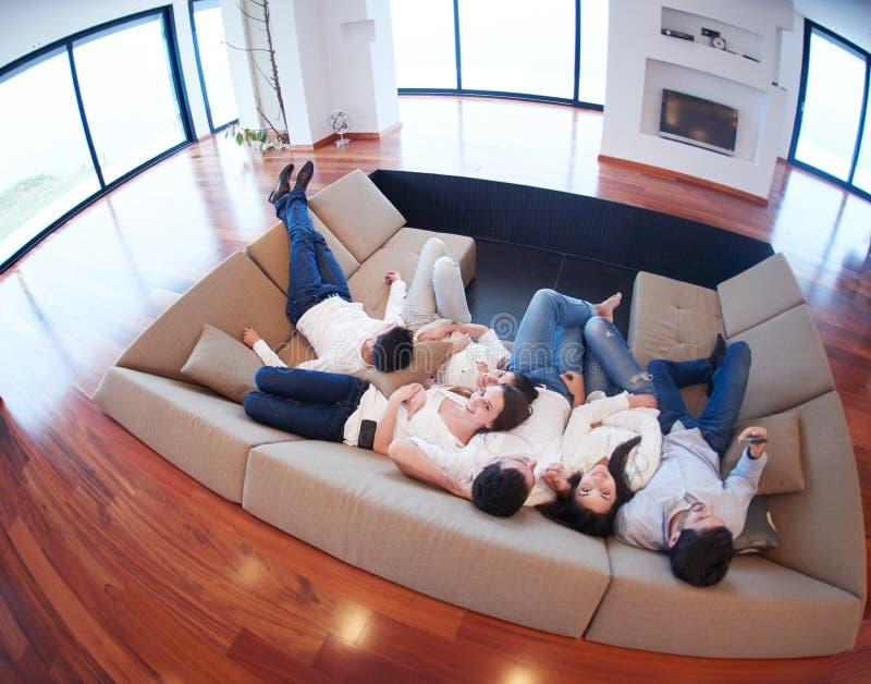 Freunde gruppieren erhalten zu Hause entspannt lizenzfreies stockfoto
