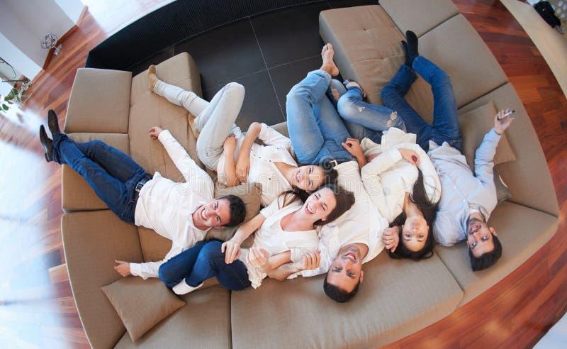 Freunde gruppieren erhalten zu Hause entspannt stockfoto