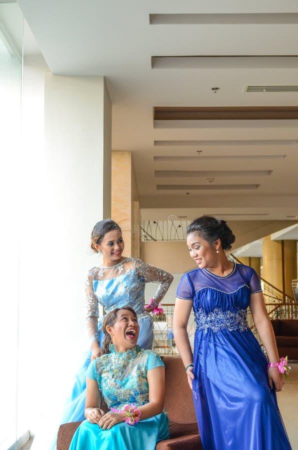 Freunde im blauen Abendkleid der eleganten Kleidungs stockbilder