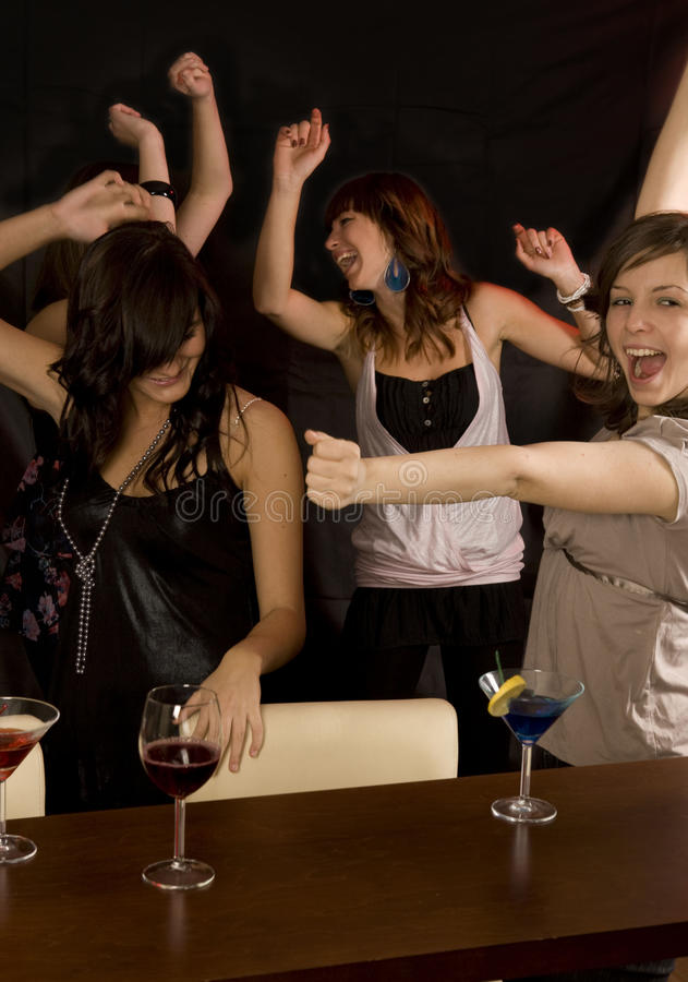Freunde im Nachtklub stockfoto