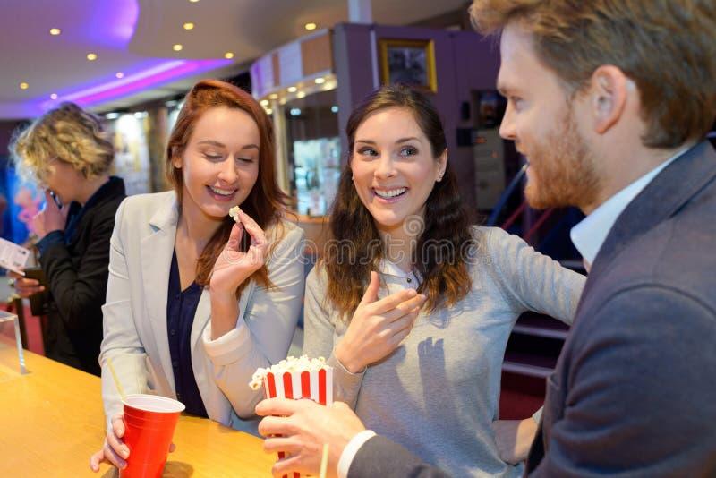 Freunde am Kino stockfoto