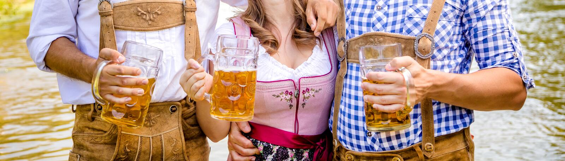 Freunde, Männer und Frauen, Spaß auf bayerischem Fluss und Cl habend lizenzfreies stockbild