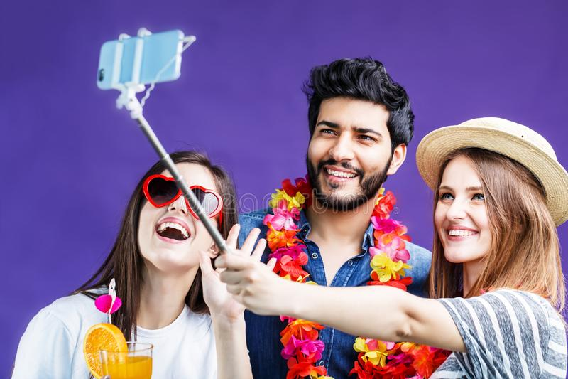 Freunde macht Selfie lizenzfreie stockfotos