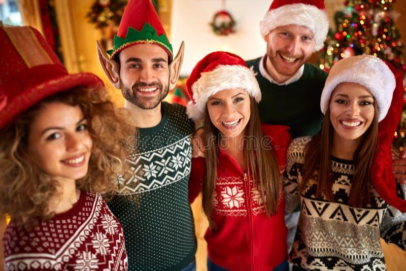 Freunde macht Spaß auf Weihnachten holyday lizenzfreie stockfotografie