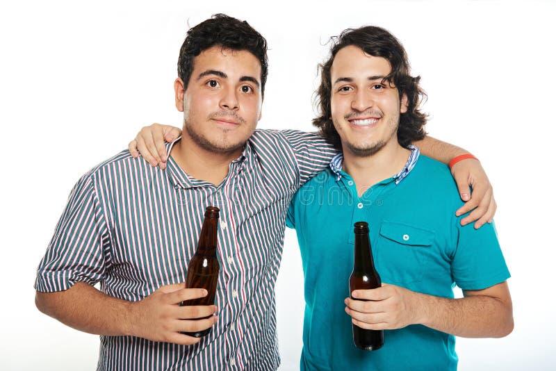 Freunde mit Bieren stockfotografie