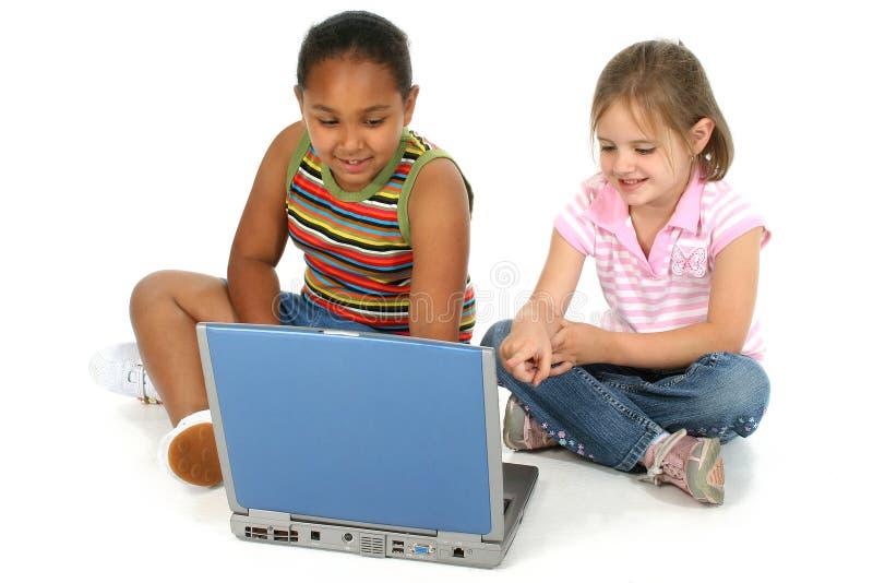 Freunde mit Computer stockbilder
