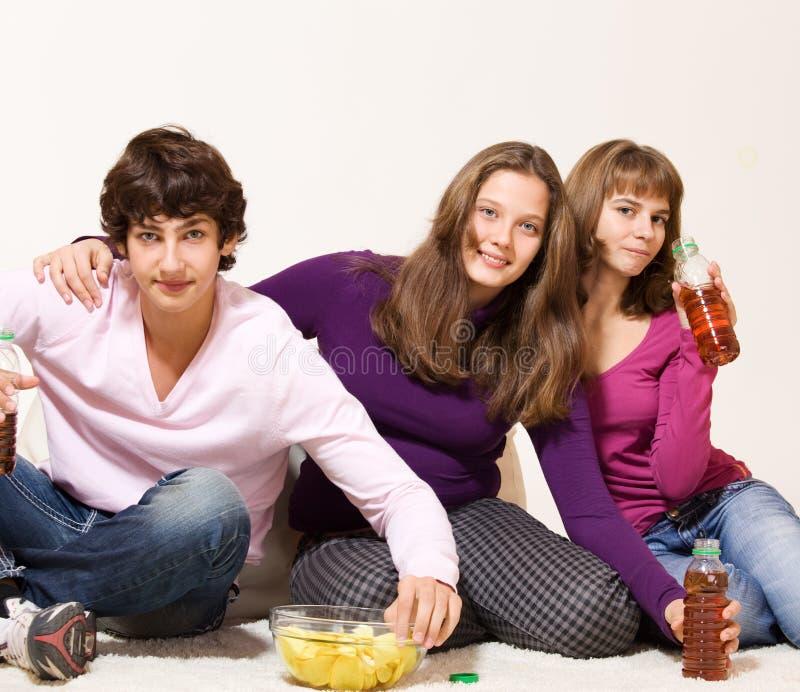 Freunde mit crisprs und Getränken lizenzfreie stockfotografie