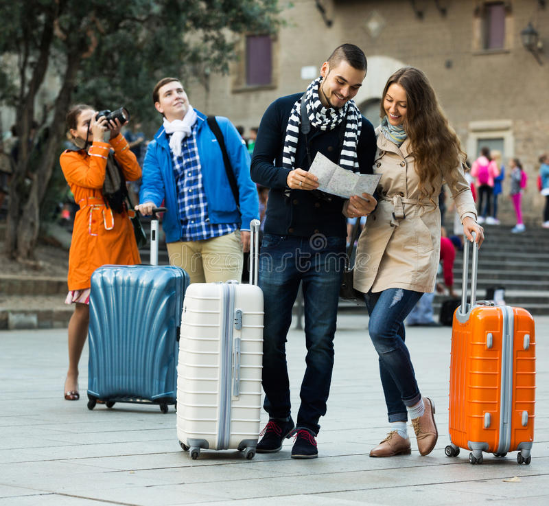 Freunde mit dem Gepäck im Freien lizenzfreie stockbilder