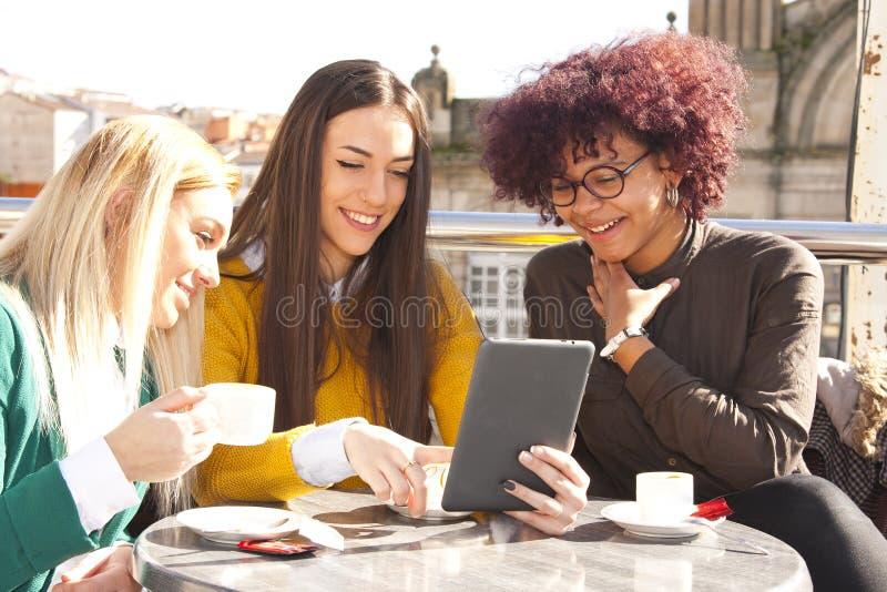 Freunde mit der Tablette lizenzfreie stockfotos