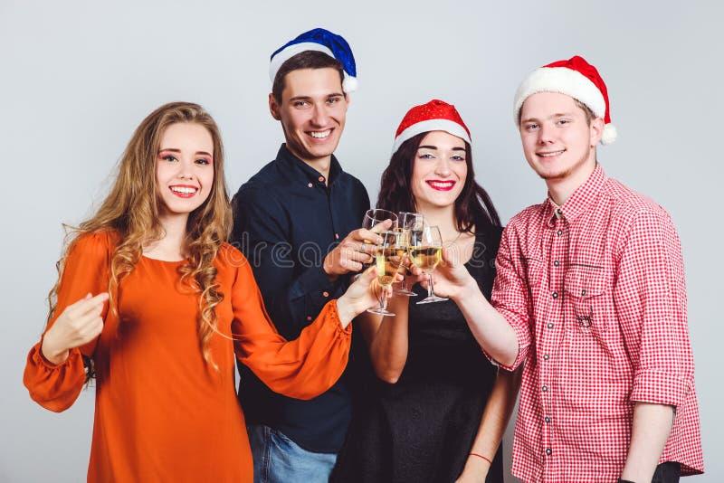 Freunde mit Gläsern Champagner stockfoto