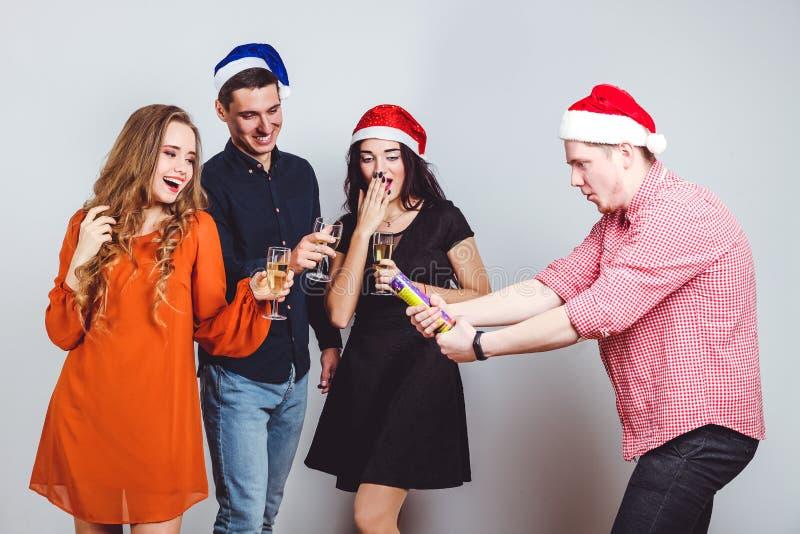 Freunde mit Gläsern Champagner lizenzfreies stockbild
