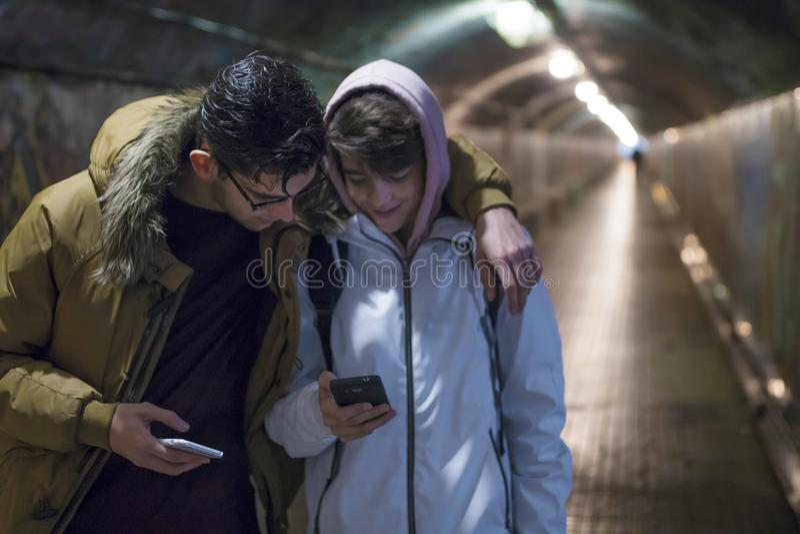 Freunde mit Handy auf Straße lizenzfreies stockfoto