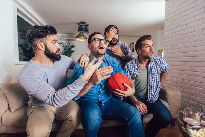 Freunde oder Basketballfans, die Basketballspiel im Fernsehen aufpassen und zu Hause Sieg feiern Freundschaft, Sport und stockfoto