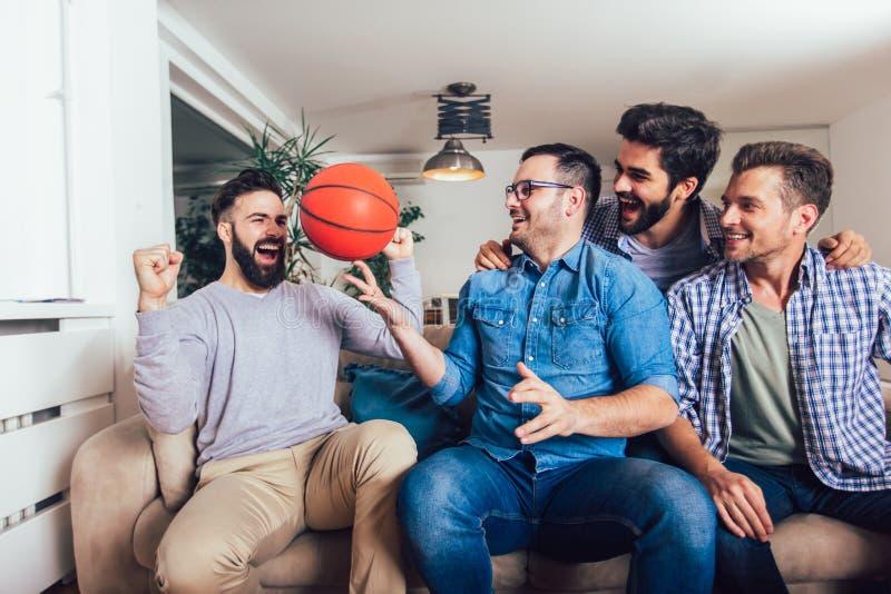 Freunde oder Basketballfans, die Basketballspiel im Fernsehen aufpassen und zu Hause Sieg feiern Freundschaft, Sport und lizenzfreie stockfotos