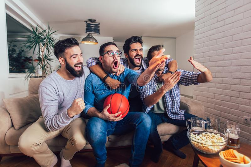 Freunde oder Basketballfans, die Basketballspiel im Fernsehen aufpassen und zu Hause Sieg feiern Freundschaft, Sport und lizenzfreie stockbilder