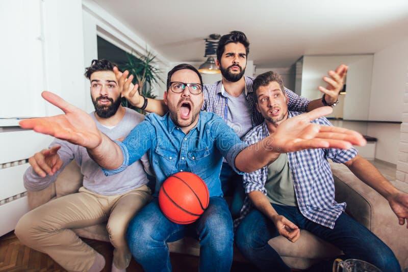 Freunde oder Basketballfans, die Basketballspiel im Fernsehen aufpassen und zu Hause Sieg feiern Freundschaft, Sport und lizenzfreie stockfotografie