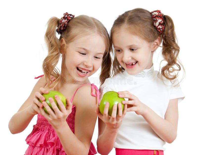 Freunde oder Schwestern mit gesunder Nahrung der grünen Äpfel stockfoto