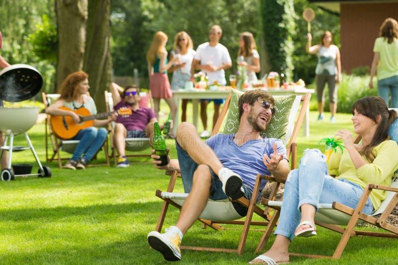 Freunde sitzen auf sunbeds stockfotos