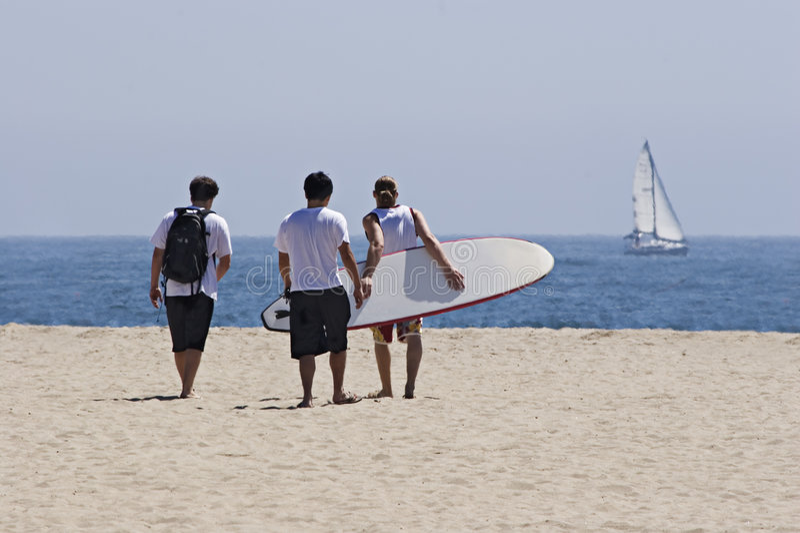 Freunde am Strand lizenzfreie stockbilder