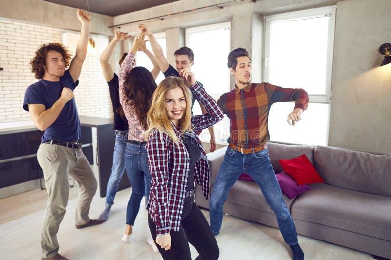 Freunde tanzen an einer Student ` s Partei in der Wohnung stockfoto