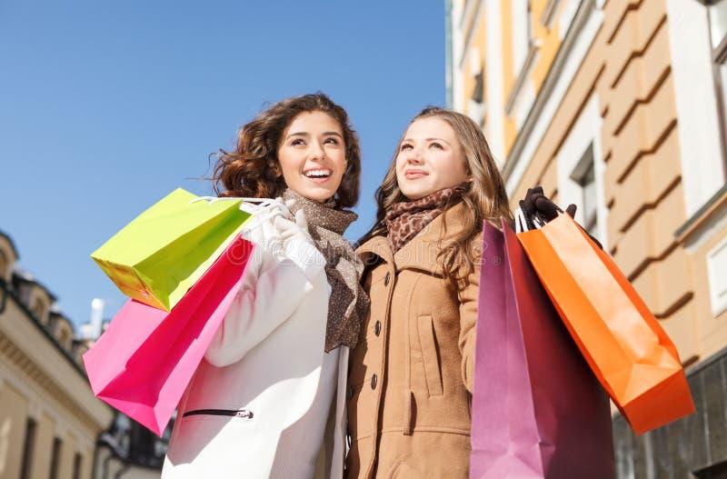 Freundeinkauf. Niedrige Winkelsicht glücklichen zwei junge Frauen standi lizenzfreie stockfotos