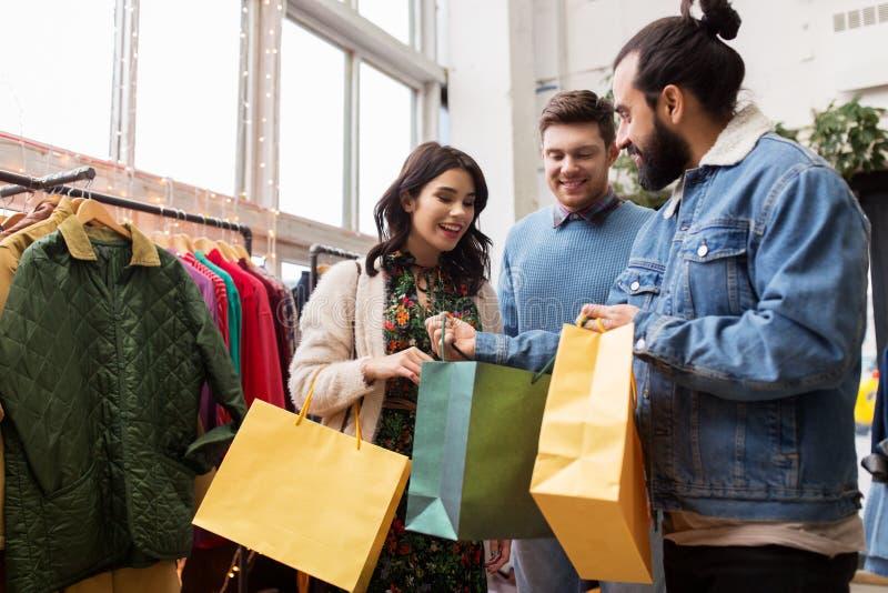 Freundeinkaufstaschen am WeinleseBekleidungsgeschäft lizenzfreie stockfotografie
