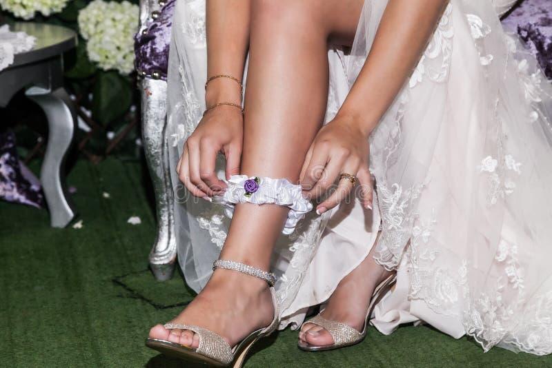 Freundin, die Liga an seiner Hochzeit setzt stockbild