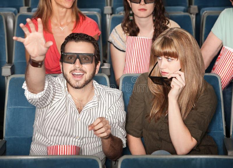 Freundin gestört mit Freund an den Filmen lizenzfreies stockfoto