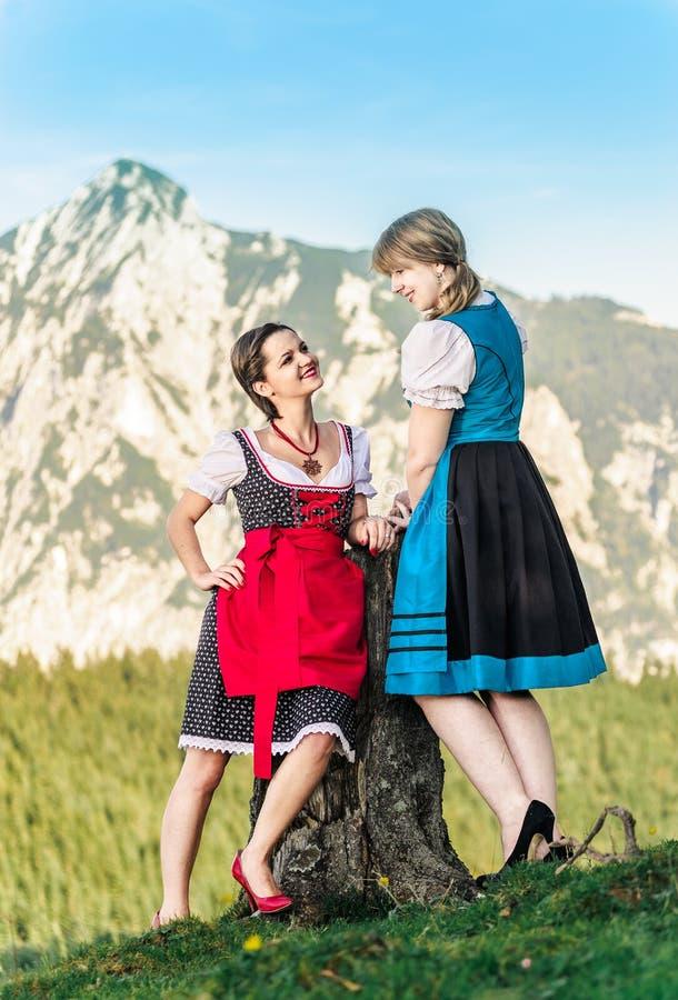 Freundinnen in den Alpen lizenzfreies stockfoto