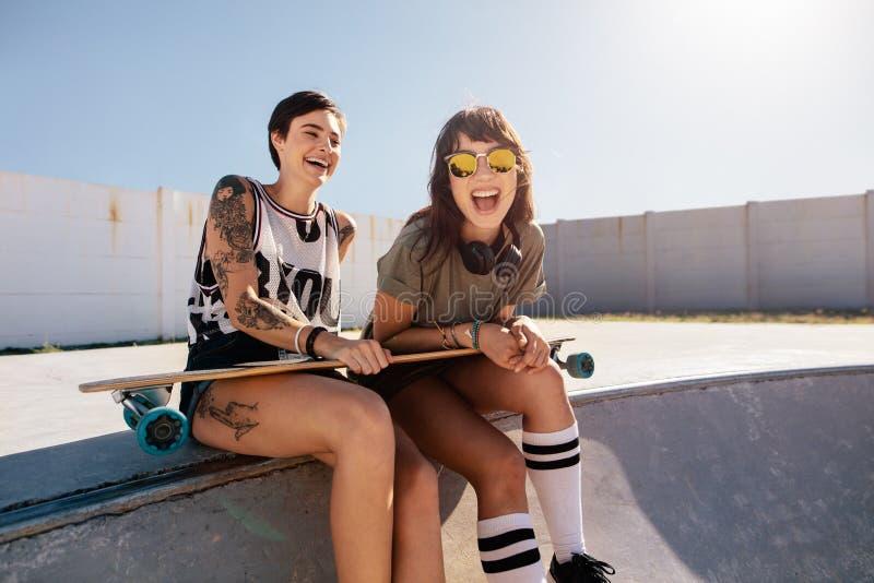 Freundinnen, die einen Tag am Rochenpark genießen lizenzfreies stockbild