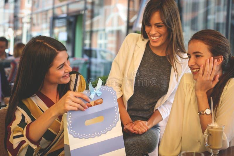 Freundinnen, die Geburtstagsgeschenk geben lizenzfreie stockfotografie