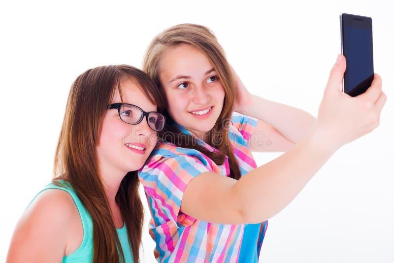 Freundinnen, die selfie mit Telefon nehmen lizenzfreies stockbild